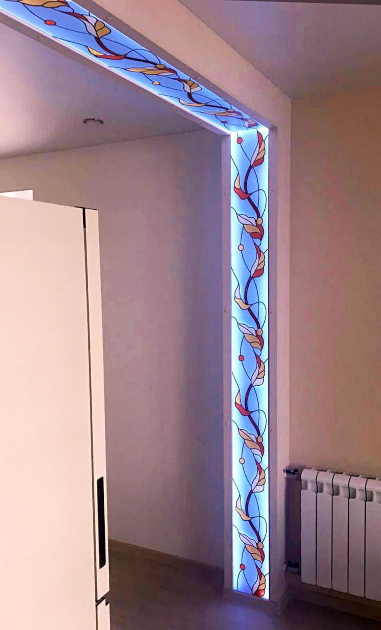 Витраж с подсветкой в нише делит пространство дома на две комнаты