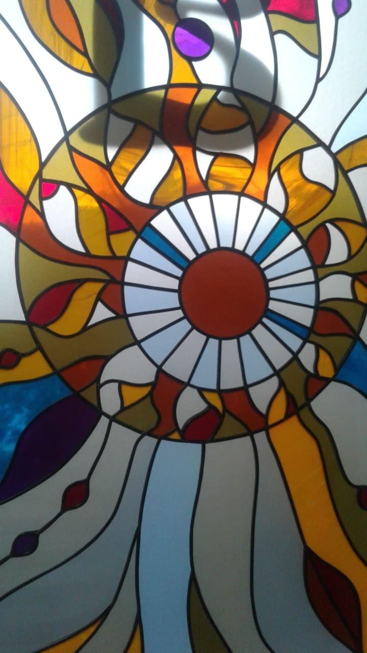 Фрагмент плёночного витража в абстрактном стиле
