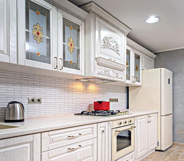 Роскошные витражи с фьюзингом на кухне белого цвета