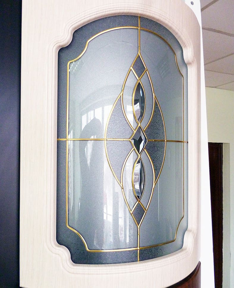 Радиусное гнутое стекло с декором для кухни