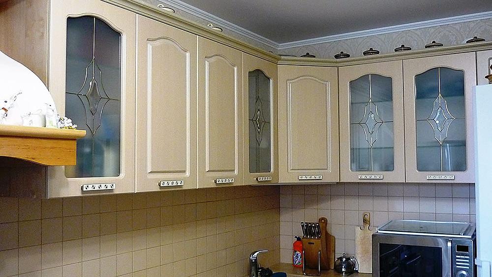 Геометрические витражи на шкафчиках, классический стиль