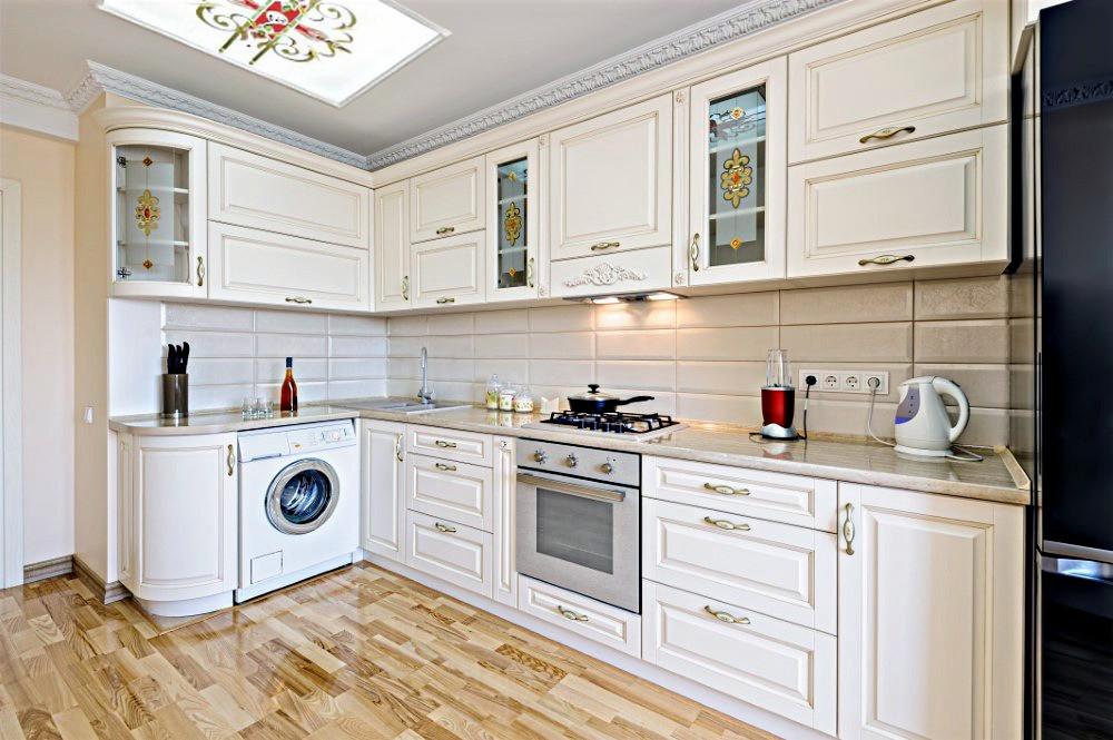 Интерьер кухни в белых тонах с витражами на шкафах