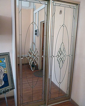 Шкаф-купе с витражами на зеркальных дверях