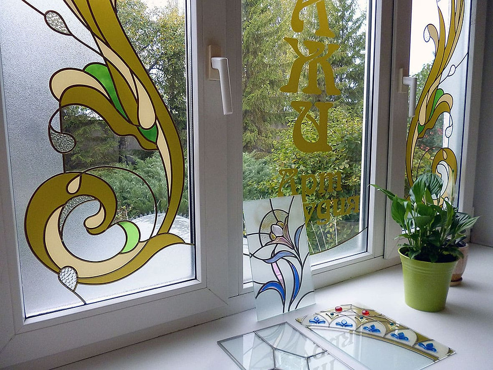 Витраж в стиле Арт-деко на окнах мастерской