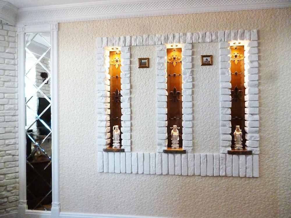 Витражные ниши в стене с подсветкой, в готическом стиле