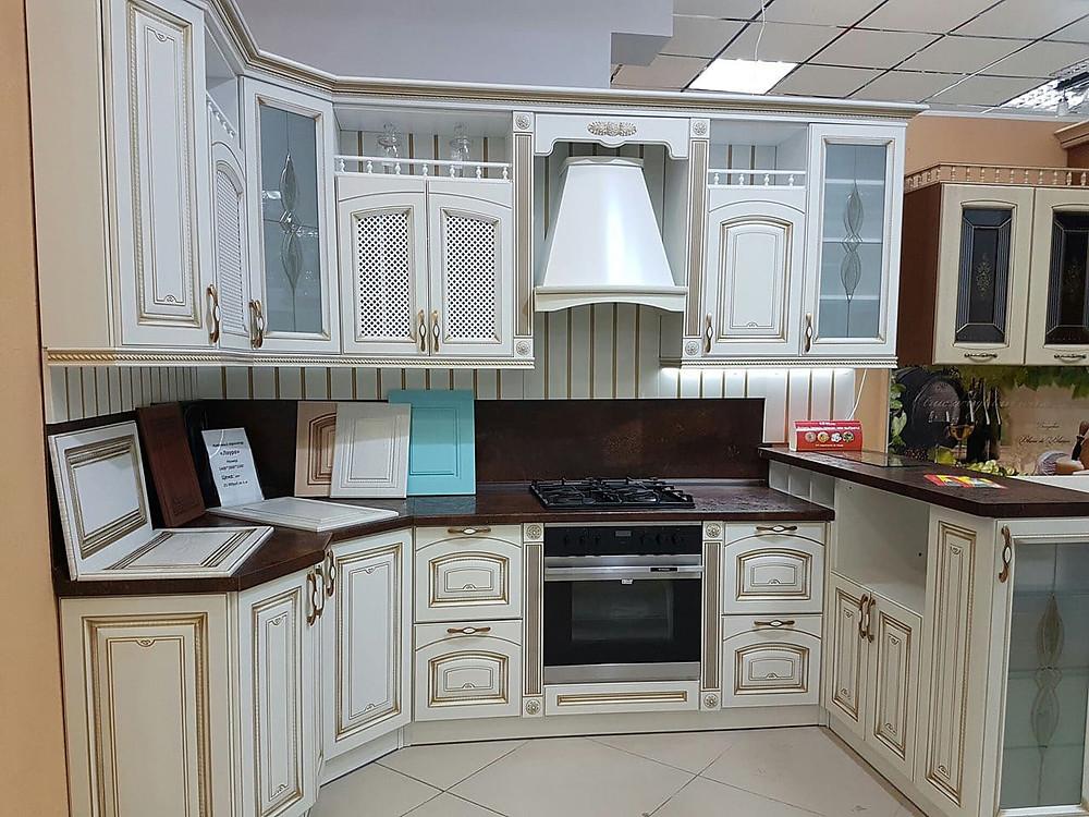 Кухонный гарнитур с витражным остеклением