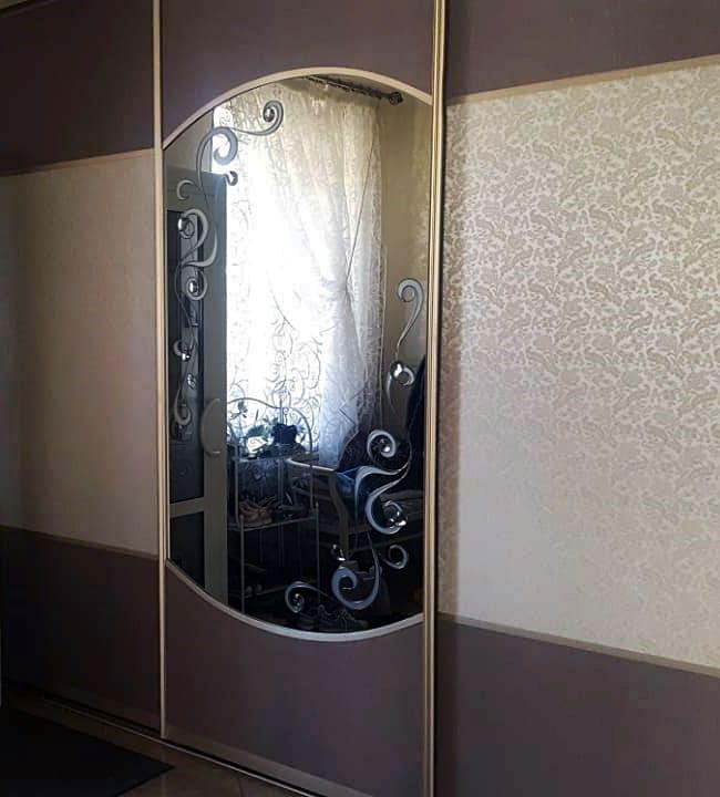 Плёночный витраж с фацетами на зеркале шкафа-купе