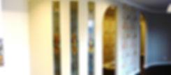 Витражи в радиусной перегородке между гостиной и прихожей