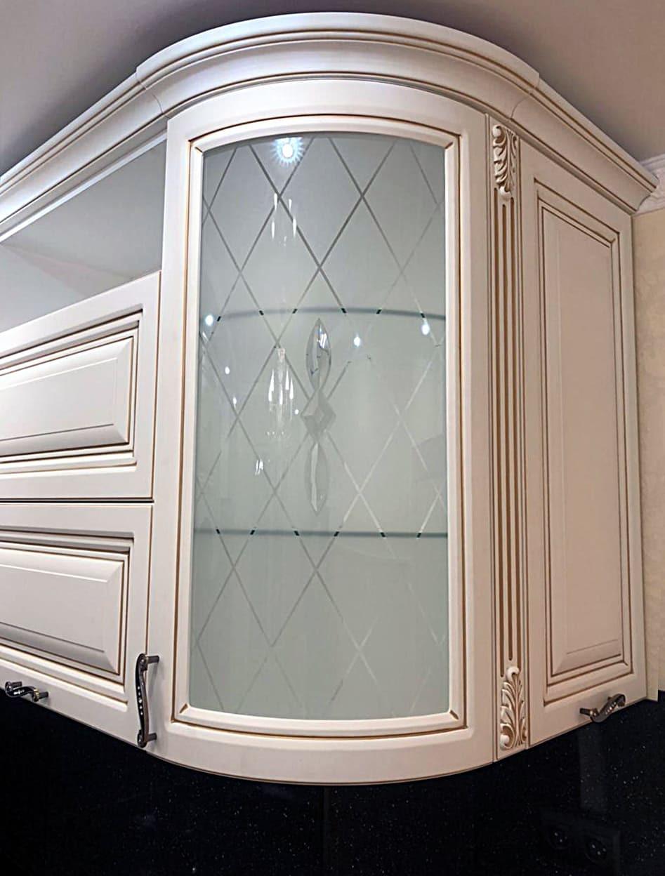 Витражи с пескоструйным рисунком на шкафах кухонного гарнитура в классическом стиле