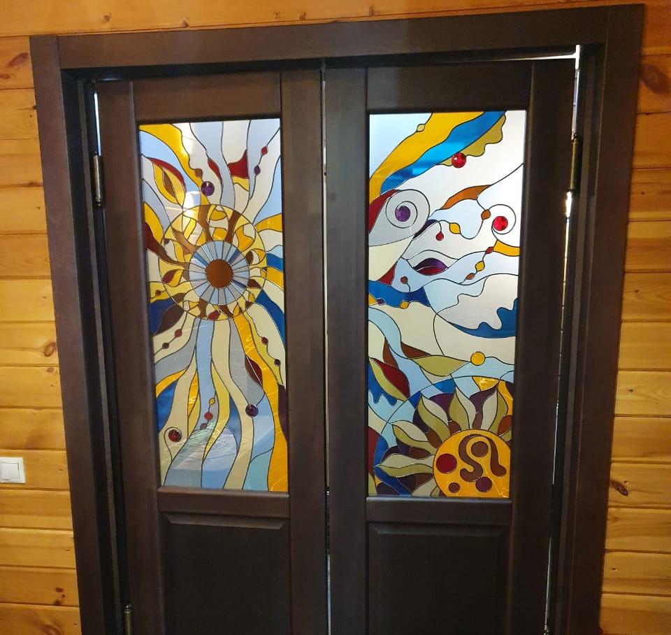 Абстрактный яркий витраж на распашных межкомнатных дверях