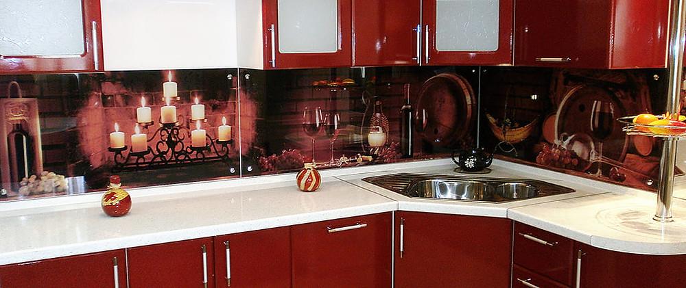Рабочая зона кухонного гарнитура со стеклянной панелью с фотопечатью