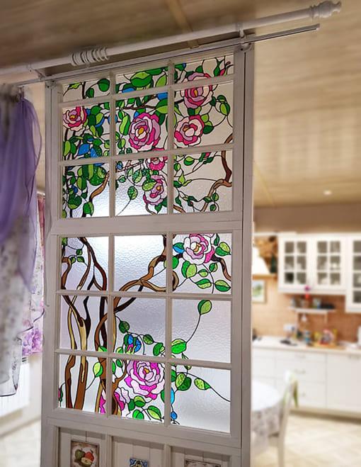 Витражная перегородка между зоной кухни и гостиной