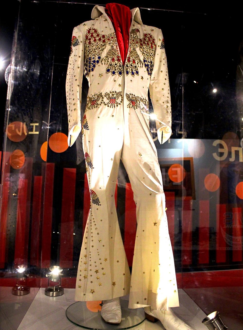 Vestimenta original de Elvis Presley exhibida en Graceland en Memphis, Tennessee.
