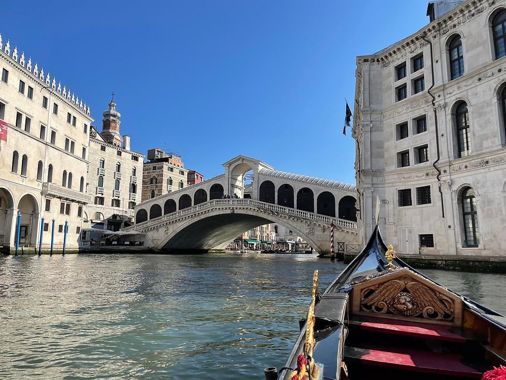 Descubriendo al Puente de Rialto en Venecia, Italia.