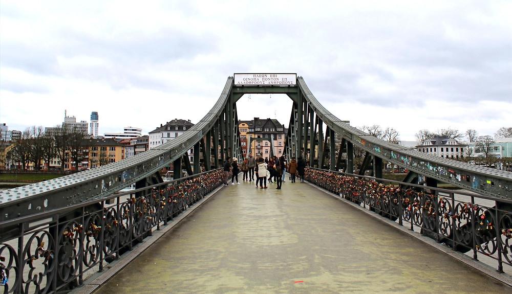 El hermoso puente Alte Brücke en Frankfurt, Alemania.