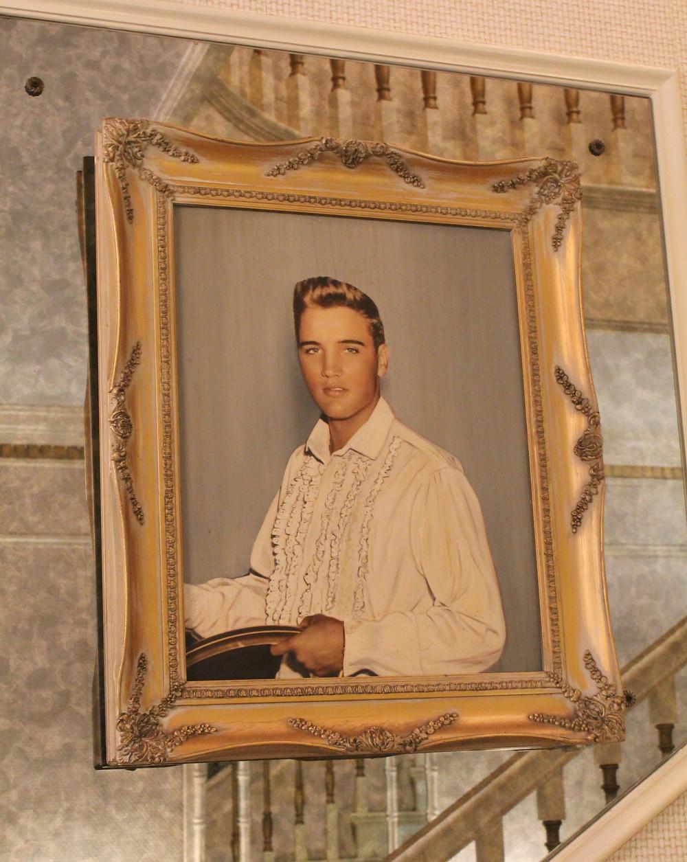 Retrato de Elvis Presley en su residencia en Memphis, Tennessee.