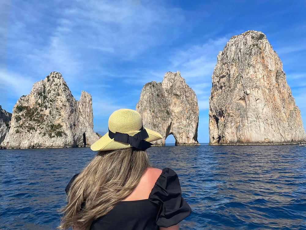 Las rocas faraones en la isla de Capri, Italia.