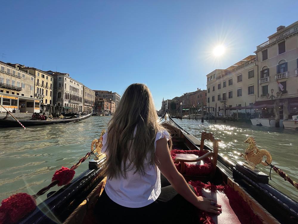 Recorriendo la ciudad de Venecia en sus famosas góndolas.