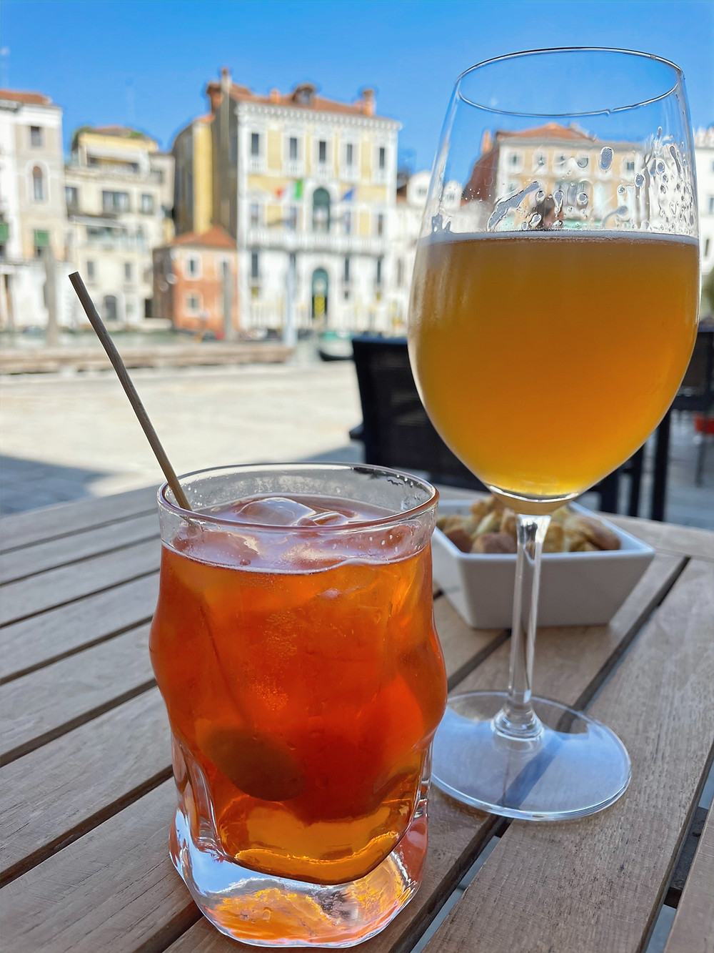 Degustando un Spritz Veneziano en Campo San Giacometto en Venecia, Italia.