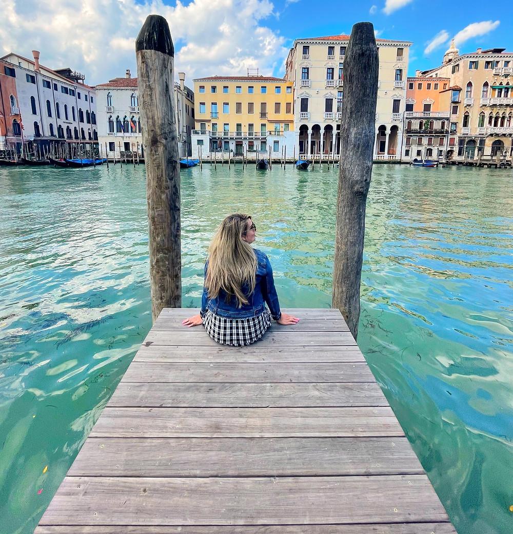 Explorando los callejones y canales de Venecia en Italia.