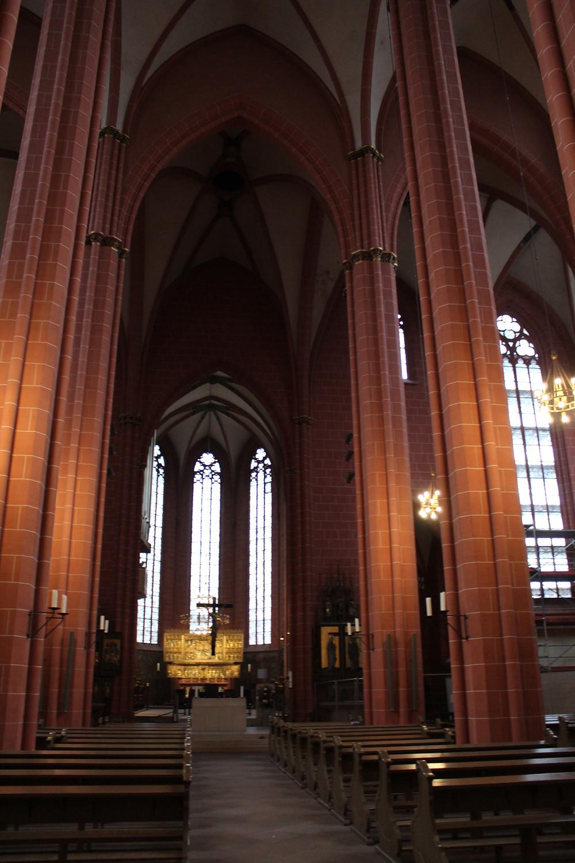 Interior de la Catedral Imperial de San Bartolomé en Frankfurt.