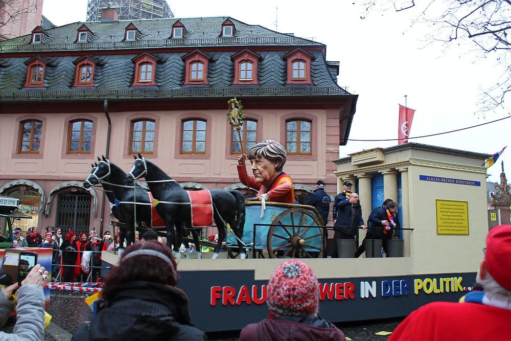 """Cabezas gigantes conocidas como """"Schwellköpp en la celebración de El Lunes de Carnaval de Maguncia."""