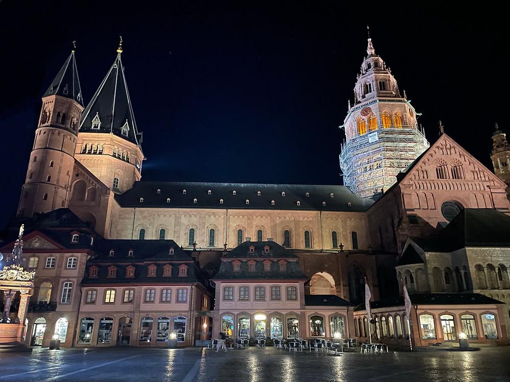 La imponente Catedral de Mainz en Alemania de noche.