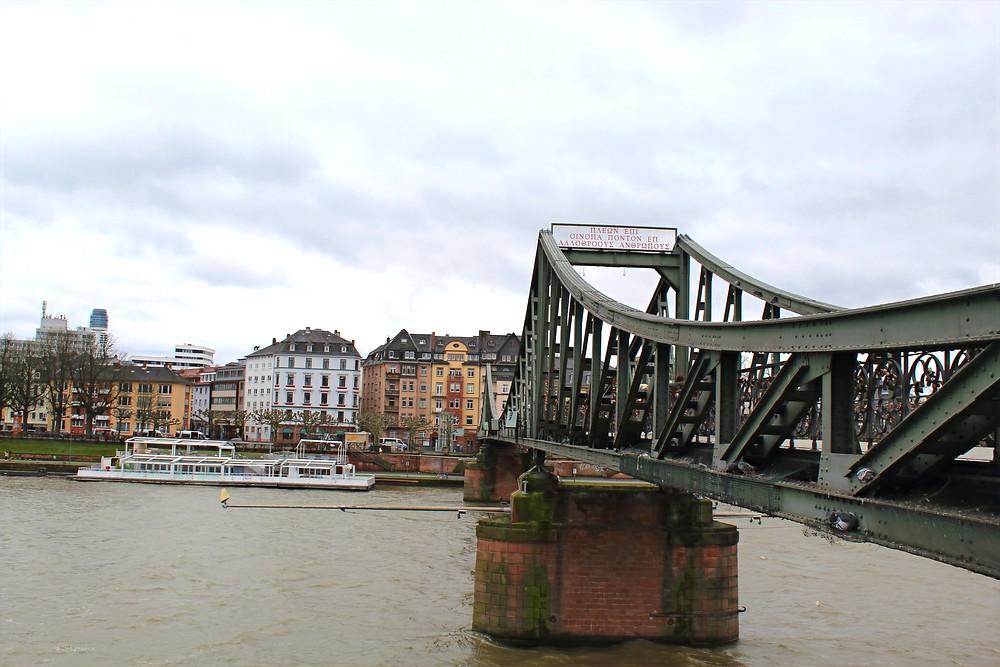 Puente viejo, Alte Brücke en Frankfurt, Alemania.
