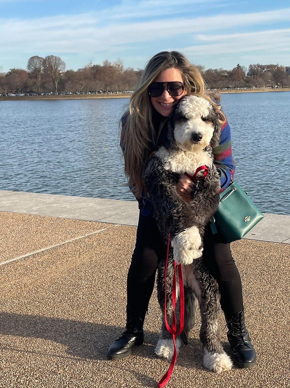 Maya Panda y Lana practicando senderismo en Washington, D.C.