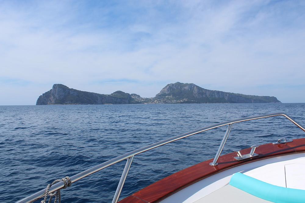 Visita a la isla italiana de Capri en bote.