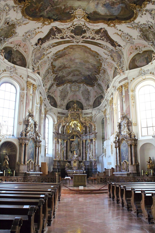 Interior de la Iglesia Católica Augustinerkirche de Maguncia, Alemania.