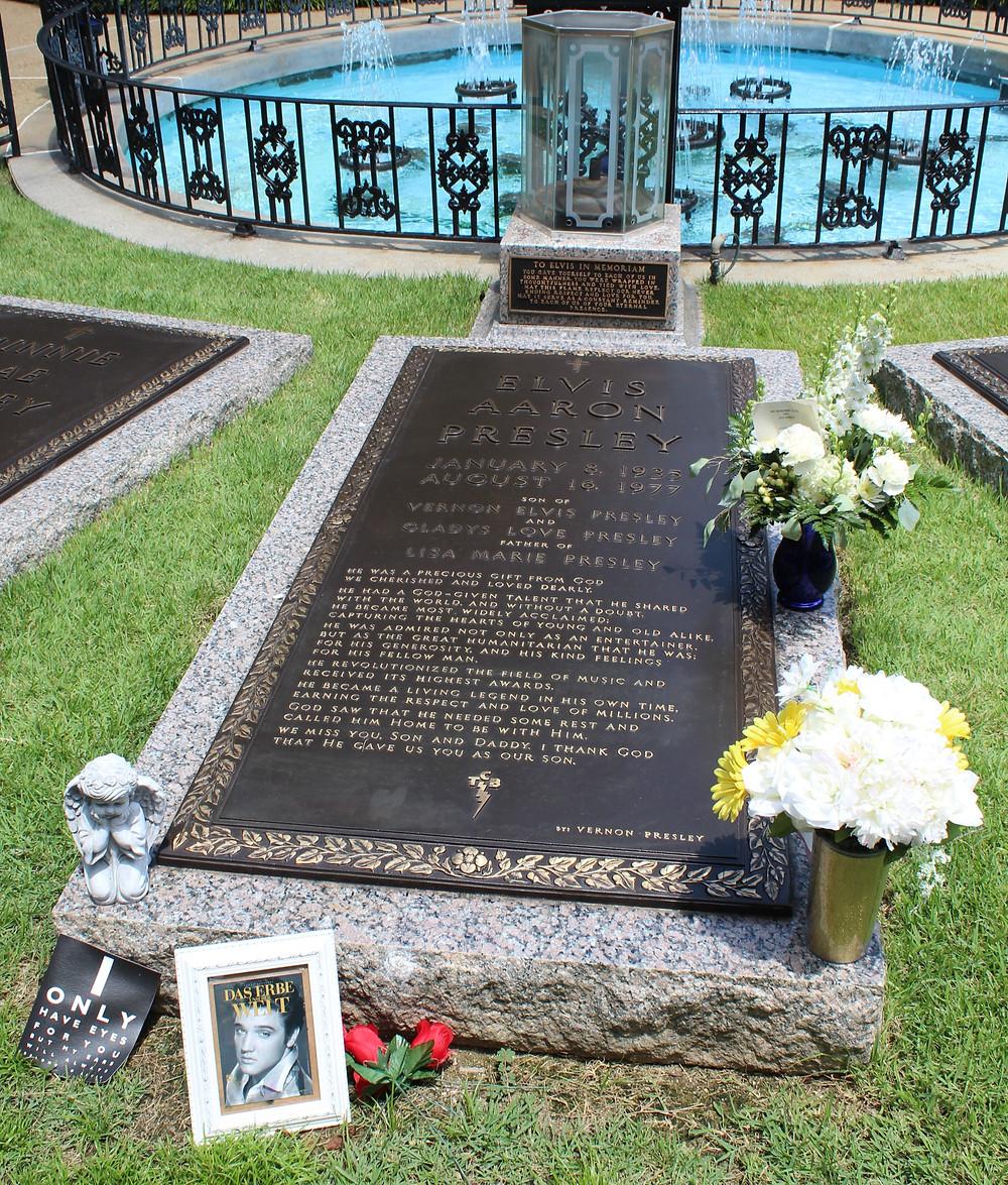 Tumba de Elvis Presley en Graceland en Memphis, Tennessee.