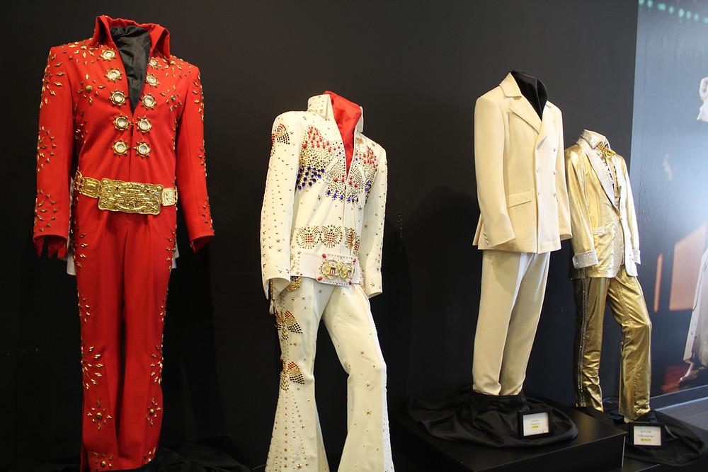 Vestimenta original de Elvis Presley en Graceland en Memphis, Tennessee.