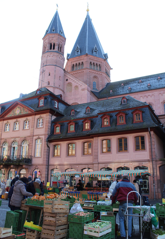 El mercado local de Mainz conocido Marktplatz, Alemania.