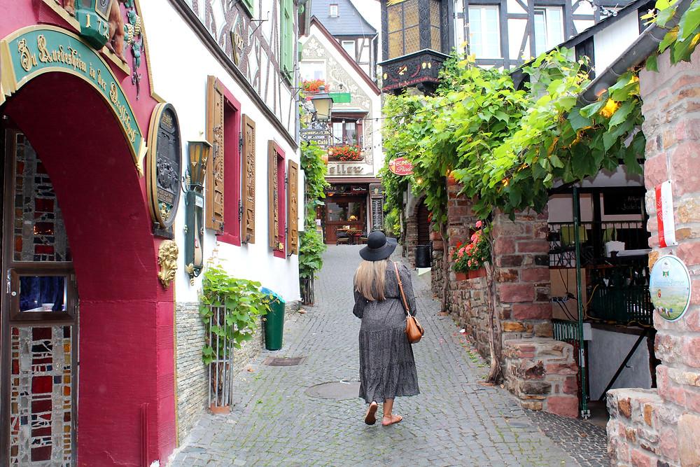 Caminando por Drosselgasse en Rüdesheim, Alemania.