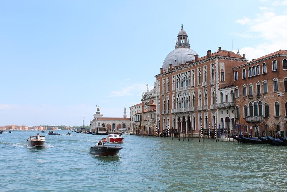 Ciudad de Venecia, un archipiélago de varias islas pequeñas.