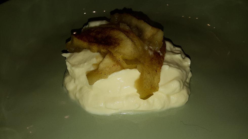 Vanilla yogurt, topped with warm stewed apple - Child