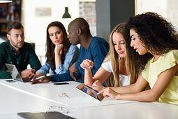 groupe-multiethnique-de-jeunes-etudiant-