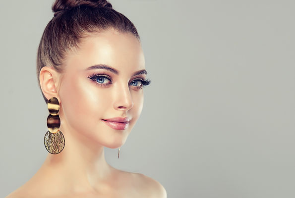model-face-makeup-simple-background-wome