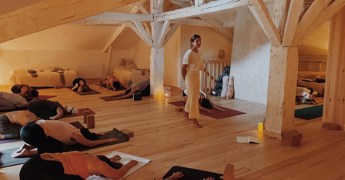 Des cours à l'intérieur dans la belle salle de yoga ou dans le jardin s'il fait beau
