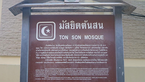 Shalat di Masjid dan Makan Makanan Halal di Bangkok