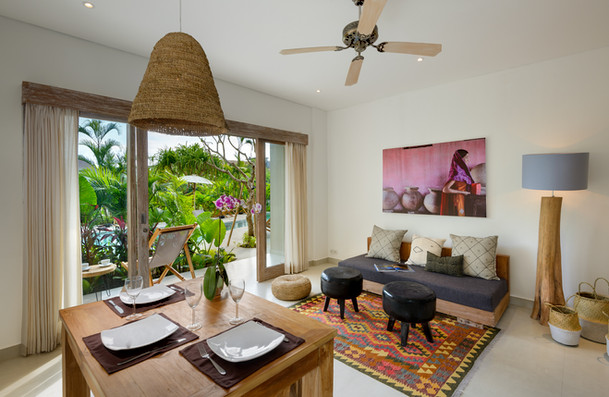 Living and dining area with terrasse and garden in the background