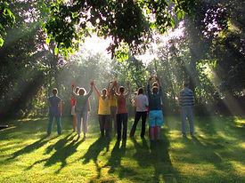 yoga staand buiten zonnestralen bewerkt.