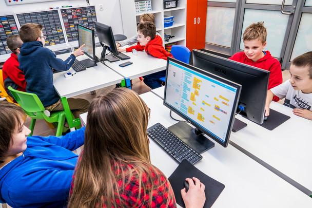 Grupy 10-14 latów na zajęciach z programowania