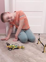 Dzieci w wieku 7-14 lat uczą się kodowania