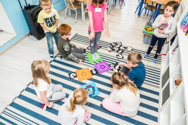 Dzieci w przedszkolu uczą się programować