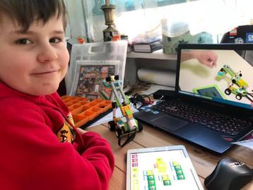 Dzieci budują roboty na zajęciach zdalnych