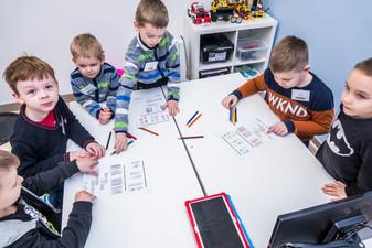 Dzieci ze szkoły podstawowej uczą się kodowania