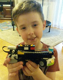 Zdjecia dzieci z zajęć robotyki