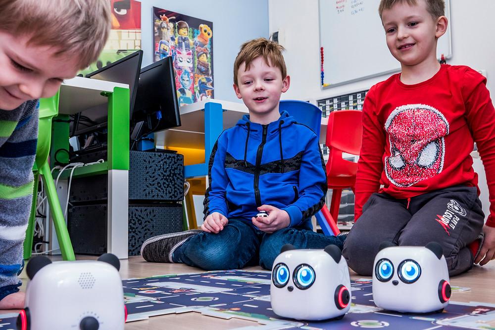 Dzieci zaczynają naukę programowania bawiąc się robotami